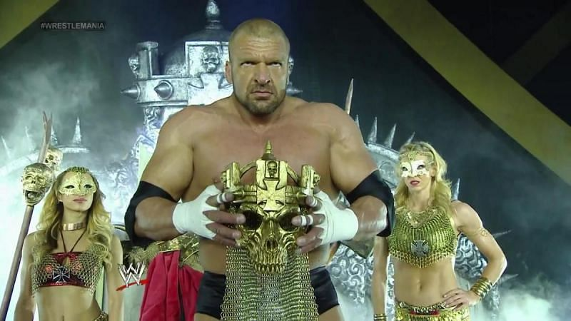 कई बड़े सुपरस्टार WWE RAW के इतिहास में उलटफेर का शिकार हो चुके हैं