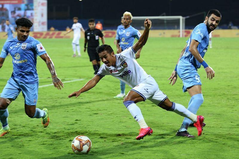Lallianzuala Chhangte (C) against MCFC (Courtesy-ISL)
