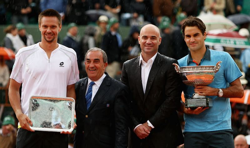 Robin Soderling and Roger Federer with their respective trophies at the 2009 French Open