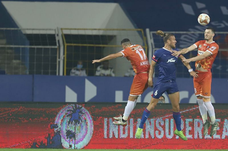 Erik Paartalu (in blue) attempting a header (Image Courtesy: ISL Media)