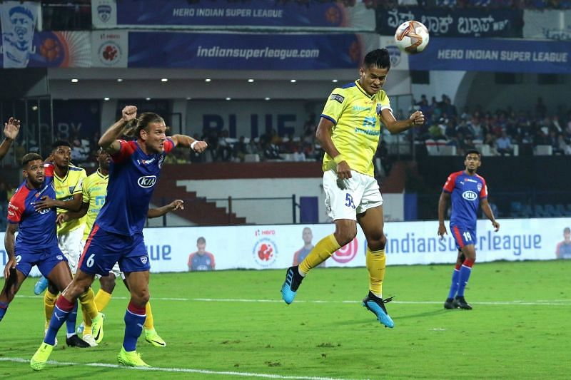 Jeakson Singh in action for Kerala Blasters against Bengaluru FC this season (Image Courtesy: ISL Media)