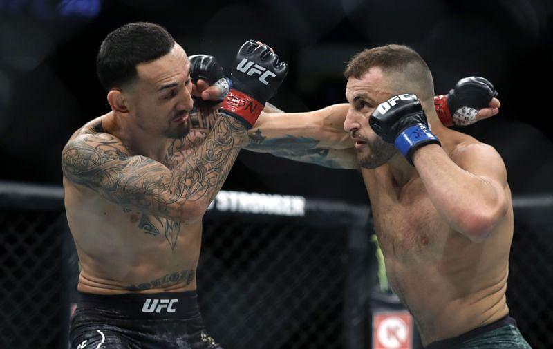 Alexander Volkanovski (R) battles with UFC featherweight champion Max Holloway