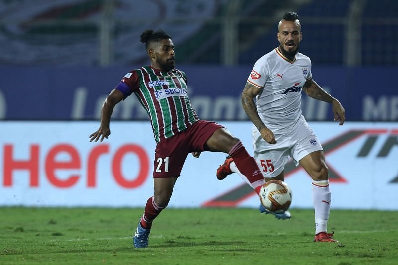 Fran Gonzalez (right) in action against ATK Mohun Bagan (Image courtesy: ISL)