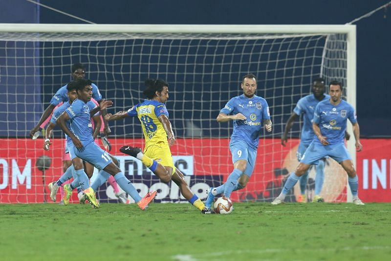 Sahal Abdul Samad (in yellow) in action against Mumbai City FC (Image Courtesy: ISL Media)