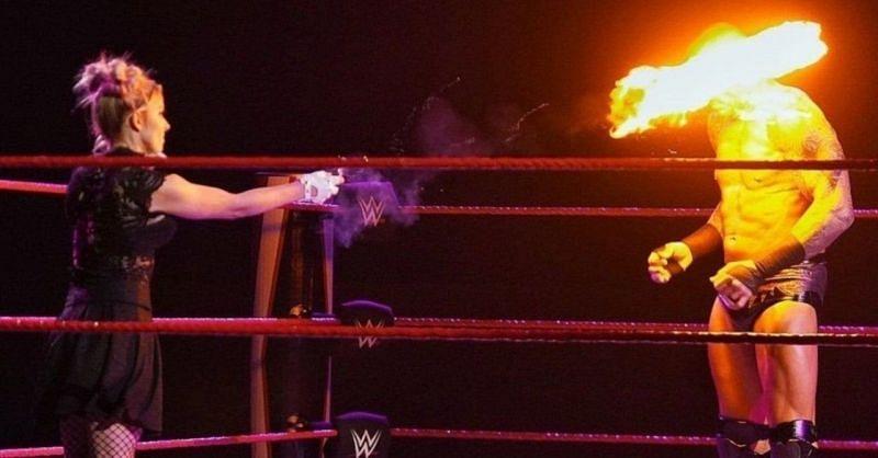 एलेक्सा ब्लिस ने रैंडी ऑर्टन के चेहरे को जलाया
