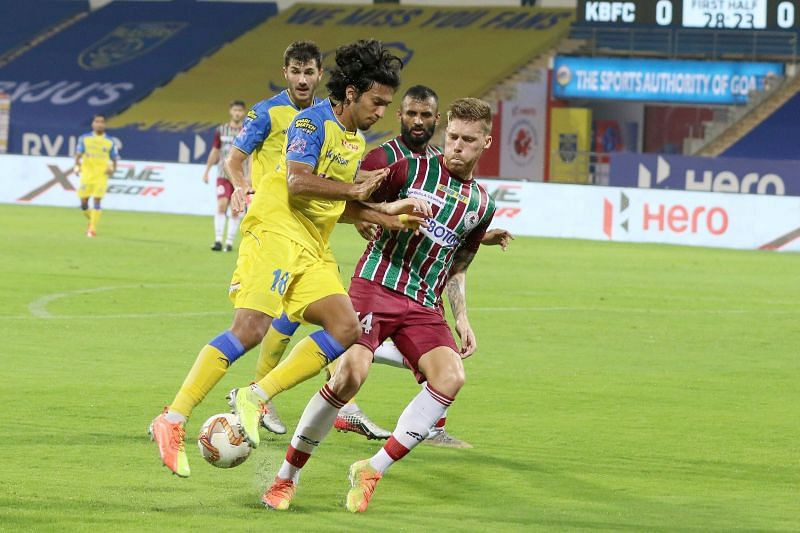 Sahal Abdul Samad (in yellow) fighting for the ball (Courtesy-ISL)