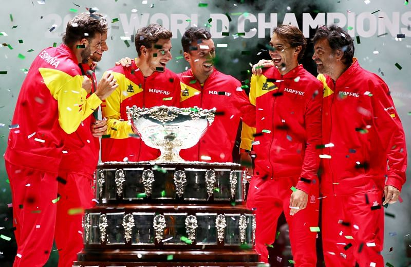 Rafael Nadal and Sergi Bruguera with the rest of the Spanish Davis Cup team