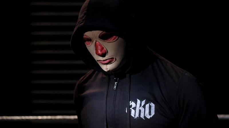 रैंडी ऑर्टन इस हफ्ते WWE RAW में मास्क पहने हुए नजर आए थे।
