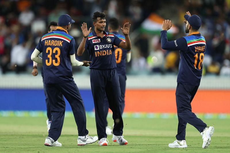 टी नटराजन भारतीय खिलाड़ियों के साथ