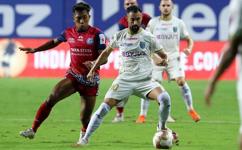Facundo Pereyra (R) in action for Kerala Blasters against Jamshedpur FC