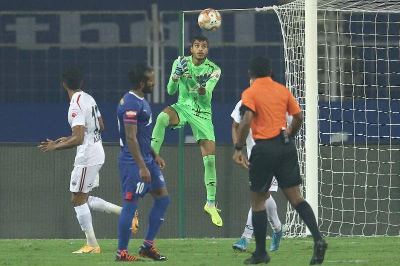 NorthEast United FC goalkeeper Gurmeet Singh in action (Image Courtesy: ISL Media)