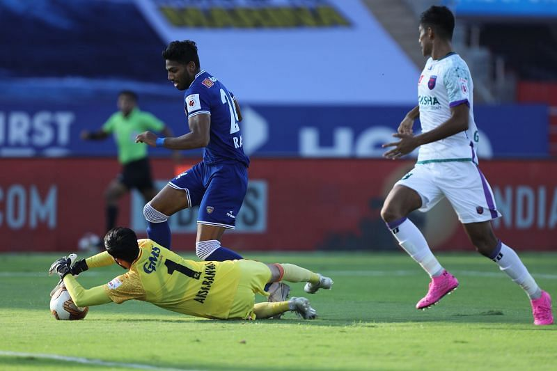 Rahim Ali looks on as Arshdeep Singh collects the ball (Image Courtesy: ISL Media)