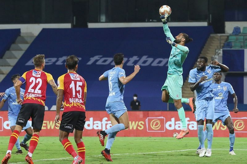 SC East Bengal and Mumbai City FC players in action in their ISL clash earlier this season (Image Courtesy: ISL Media)