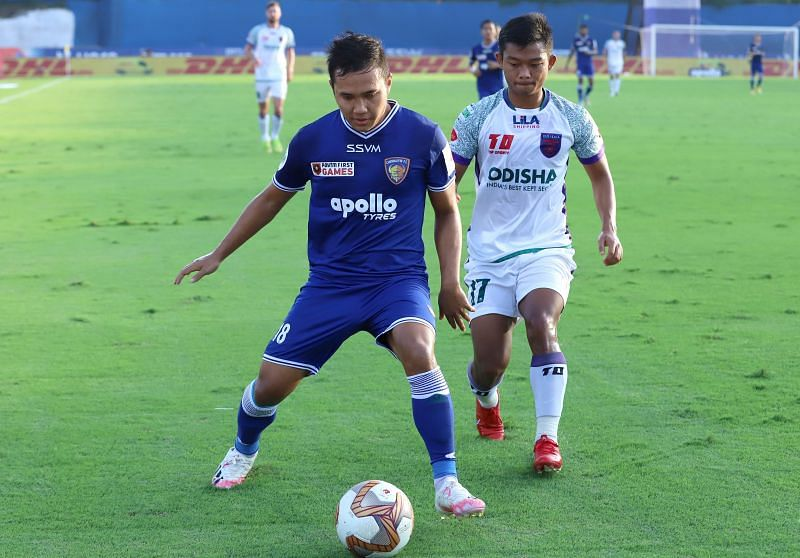 Jerry Lalrinzuala (L) tries to shield the ball away from Jerry Mawihmingthanga in their ISL match (Image Courtesy: ISL Media)