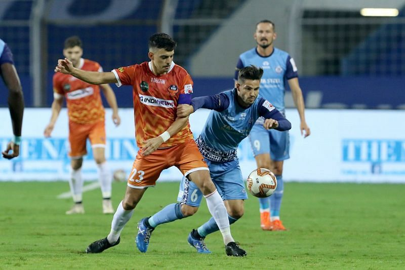 FC Goa player Edu Bedia (L) and Jamshedpur FC player Aitor Monroy in action in their ISL encounter (Image Courtesy: ISL Media)