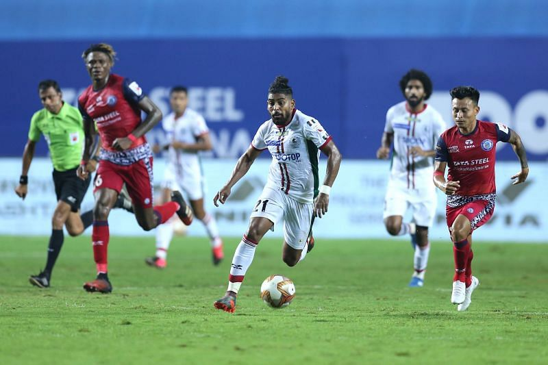 ATK Mohun Bagan and Jamshedpur FC players in action in their last ISL match (Image Courtesy: ISL Media)
