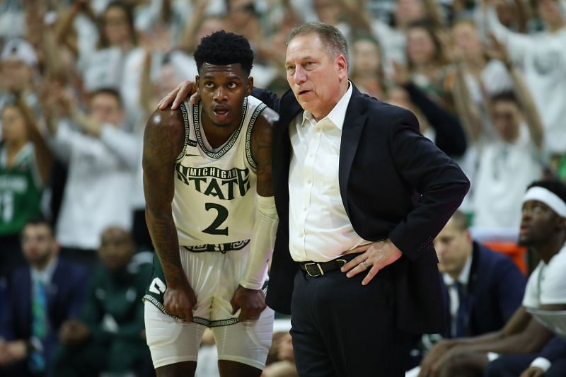Head coach Tom Izzo of the Michigan State Spartans talks to Rocket Watts #2