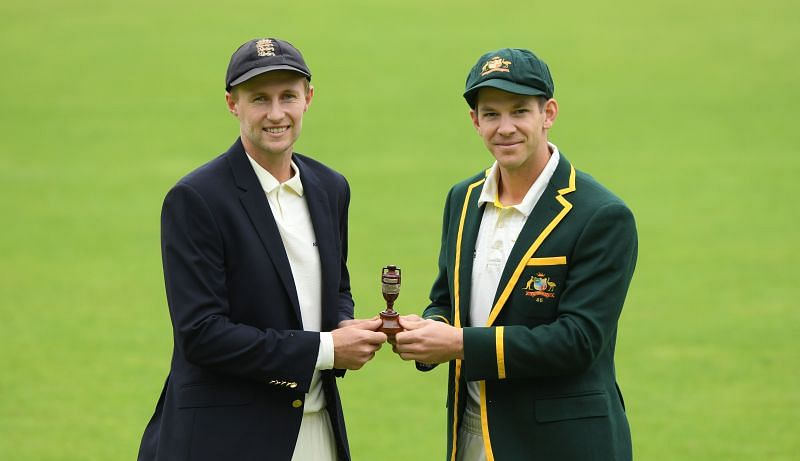 Joe Root (L) & Tim Paine (R) with the Ashes urn.