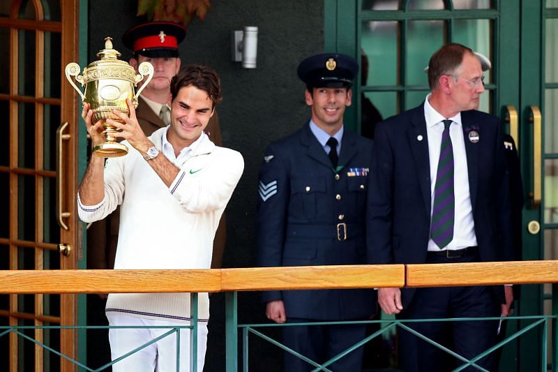 Roger Federer holds up the Wimbledon trophy in 2012
