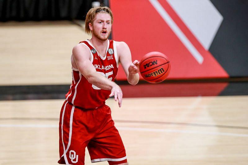 Brady Manek #35 of the Oklahoma Sooners