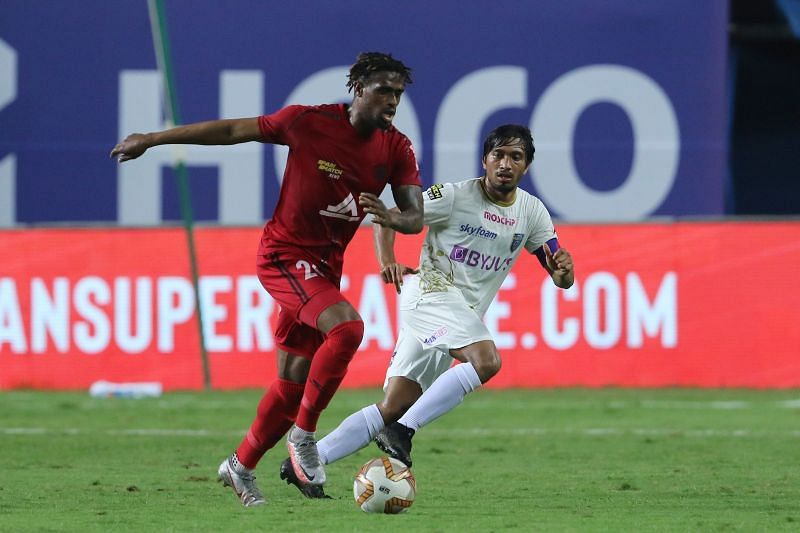 Kerala Blasters' Jessel Carneiro (right) looks on as Deshorn Brown (left) goes past him (Image Courtesy: ISL Media)