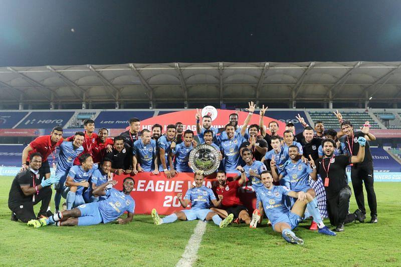Mumbai City FC players pose with the ISL Shield (Image Courtesy: ISL Media)