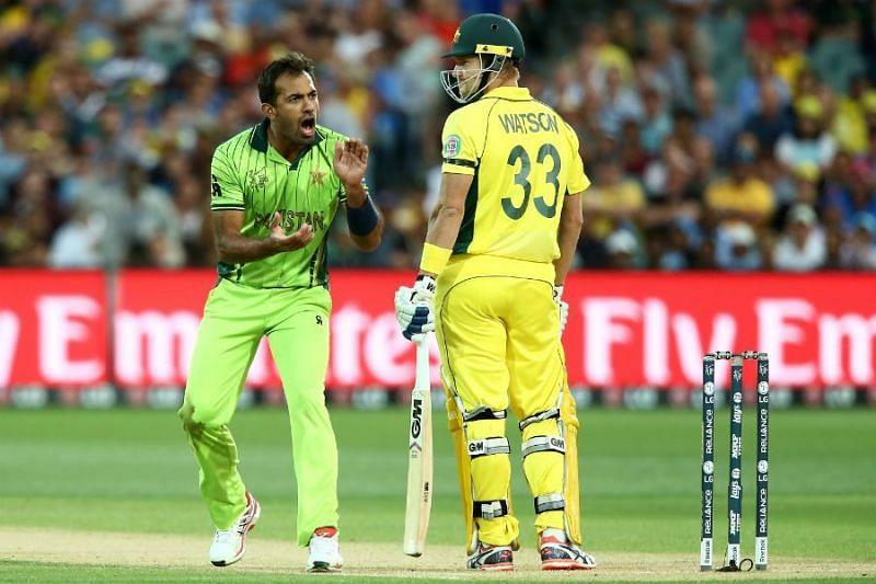 Wahab Riaz tries to get on Shane Watson