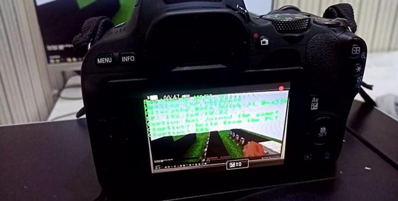 A Minecraft server being run on a Canon EOS 200D camera (Image via u/turtius/reddit.com