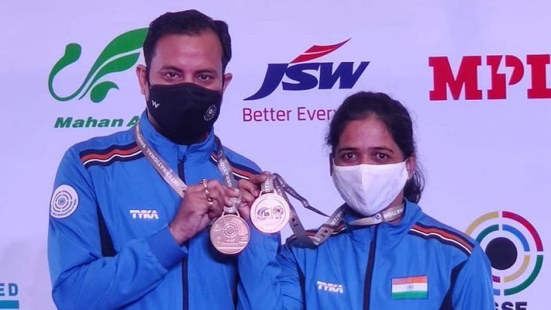 Sanjeev Rajput (L) and Tejaswini Sawant pose with their mixed team gold. (Source: Twitter)
