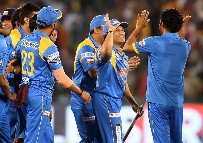 भारतीय टीम सेलिब्रेट करते हुए