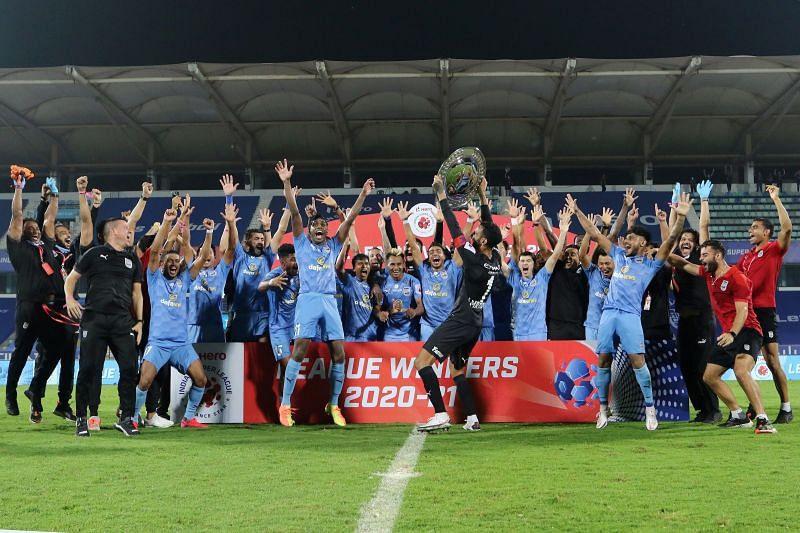 Mumbai City FC posing with the ISL Shield (Image Courtesy: ISL Media)