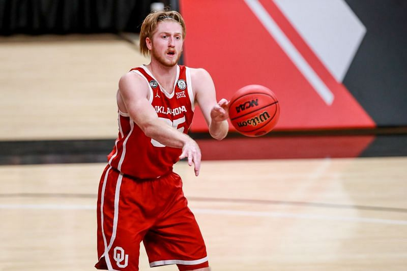 Oklahoma Sooners forward Brady Manek