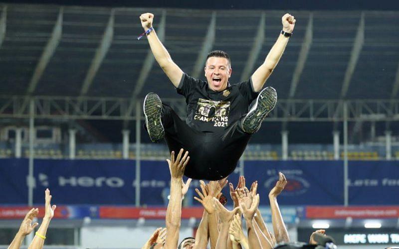 Sergio Lobera celebrates with his players. (Image: ISL)