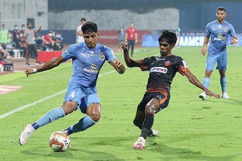 FC Goa's Saviour Gama (right) tries to win the ball from Mumbai City FC's Amey Ranawade (left) in their ISL second leg semi-finals (Image Courtesy: ISL Media)
