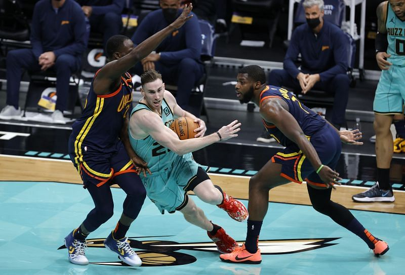 Gordon Hayward #20 of the Charlotte Hornets drives to the basket against Draymond Green #23 and Eric Paschall #7 of the Golden State Warriors