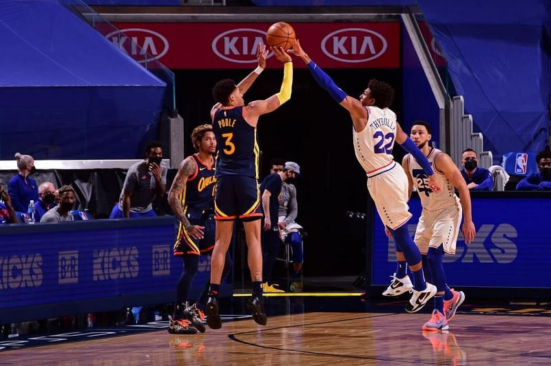 Matisse Thybulle tries to close out Jordan Poole [Image: NBA.com]