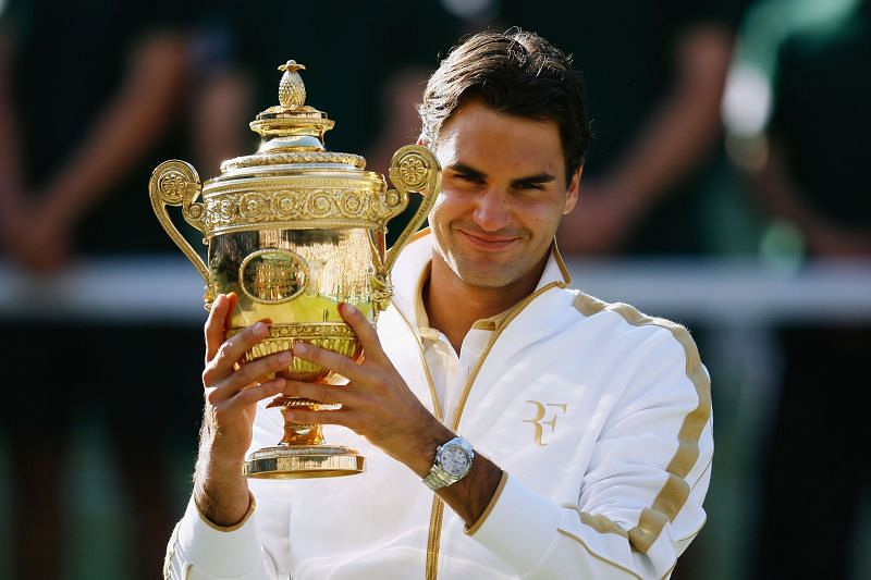 Roger Federer poses with the Wimbledon trophy in 2009