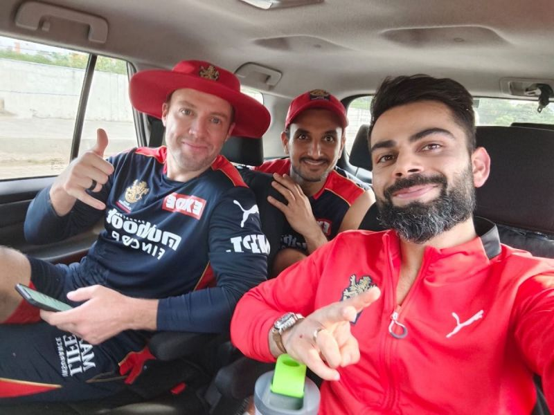 आरसीबी के कप्तान विराट कोहली, एबी डिविलियर्स और हर्षल पटेल