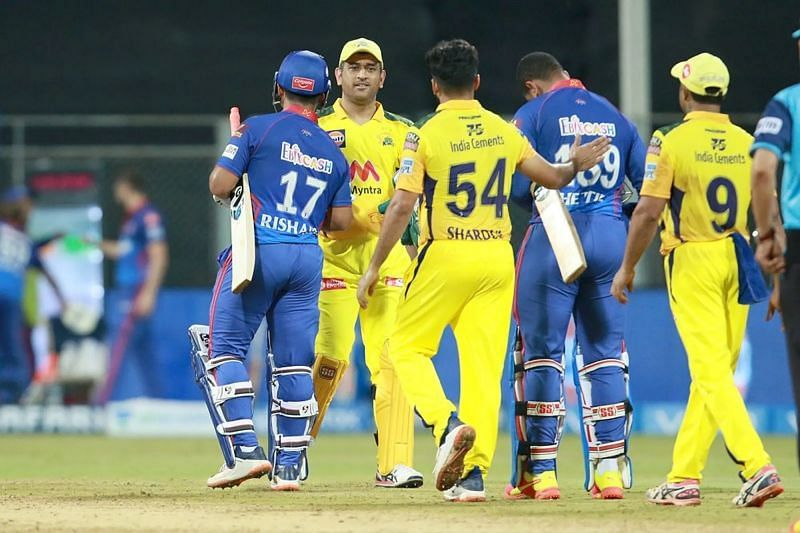 MS Dhoni congratulates DC players after the match. Pic: IPLT20.COM