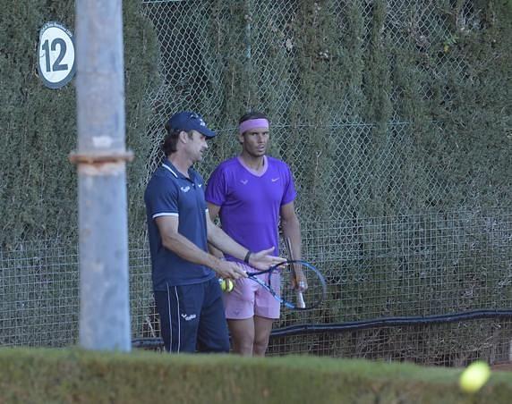 Rafael Nadal practices under the eyes Carlos Moya (via Mundo Deportivo)