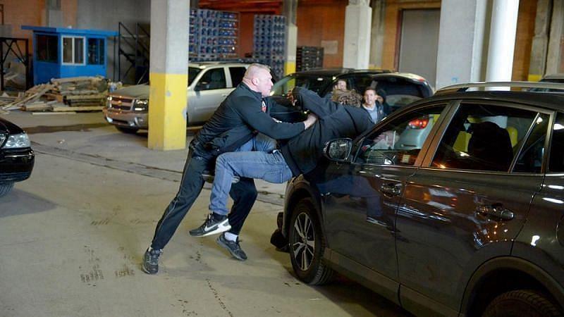 ब्रॉक लेसनर डीन एम्ब्रोस पर हमला करते हुए