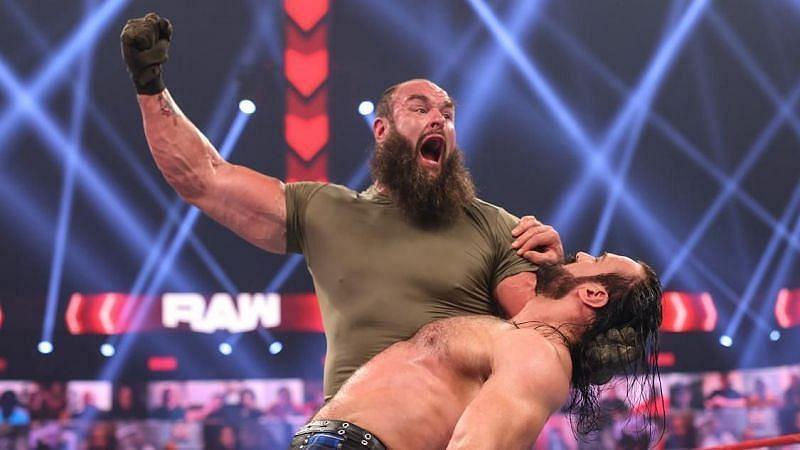 WWE RAW में मैच के दौरान ब्रॉन स्ट्रोमैन और ड्रू मैकइंटायर