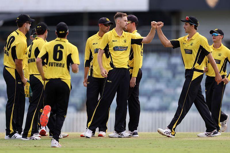 जेसन बेहरनडॉर्फ ऑस्ट्रेलियाई खिलाड़ियों के साथ