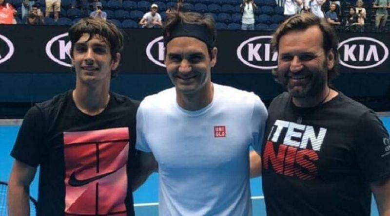 Lorenzo Musetti poses with Roger Federer at the 2020 Australian Open