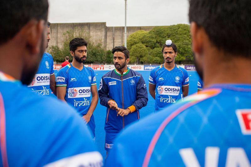 India skipper Manpreet Singh discusses a point to teammates. (Source: HI)