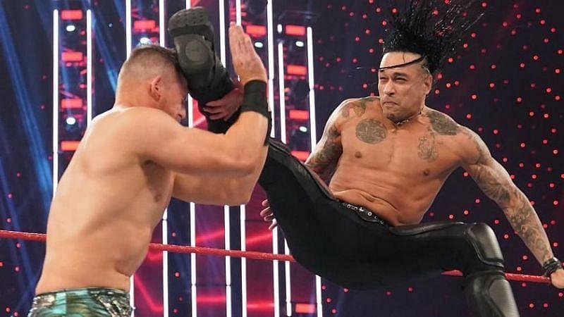 WWE मैच के दौरान द मिज़ और डेमियन प्रीस्ट