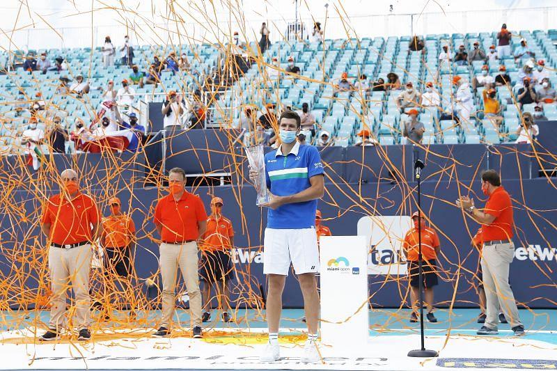 Hubert Hurkacz with the 2021 Miami Open trophy