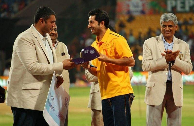 Mohit Sharma (centre) awarded the IPL 2014 Purple Cap (Photo: BCCI)