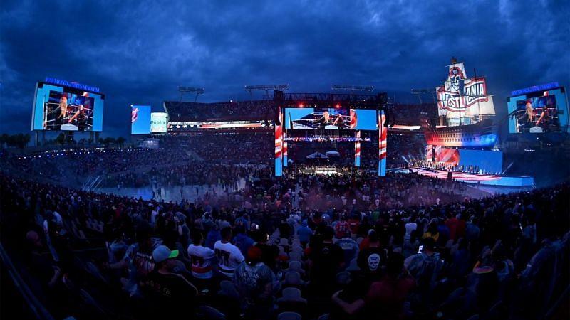 WWE के  बड़े शो में अब फैंस की वापसी हो गई है।