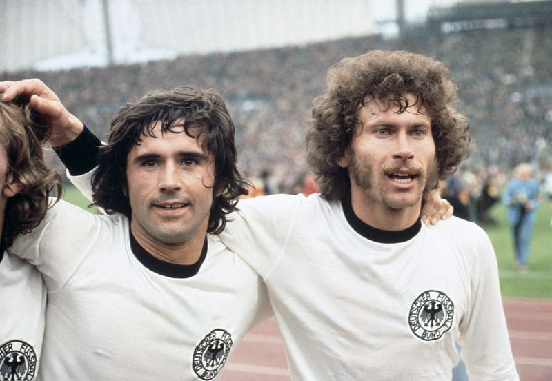Gerd Müller (l) and Paul Breitner (R) celebrate after West Germany
